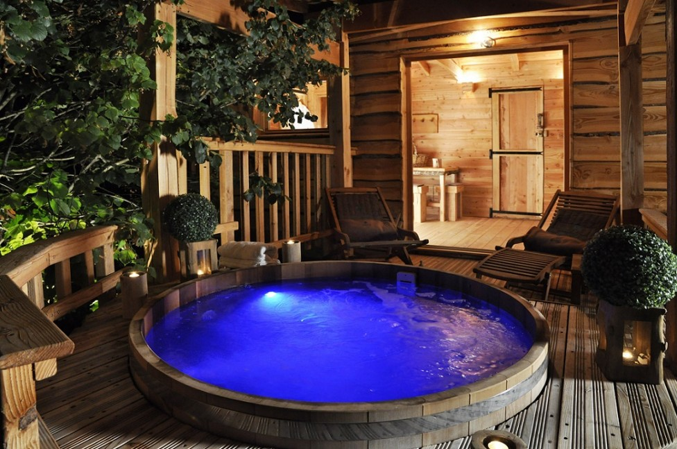 jacuzzi-by-night