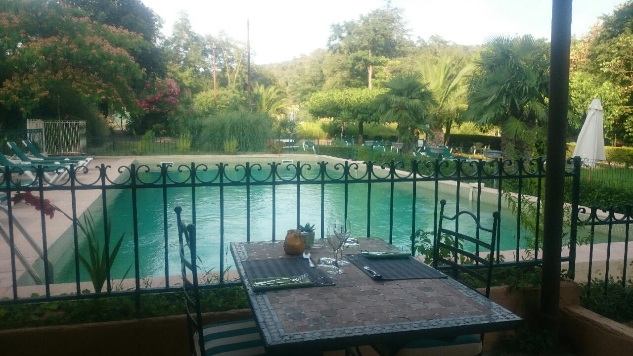 diner romantique au bord de la piscine