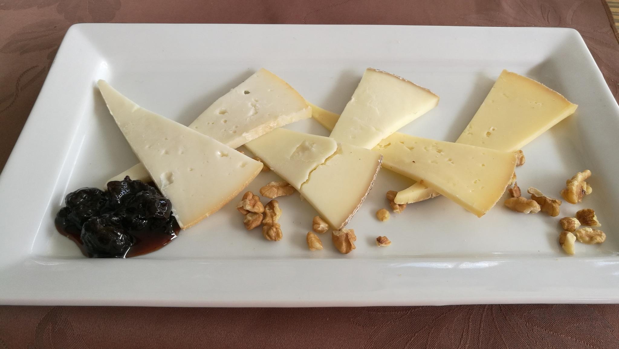 plateau de fromages et confiture de cerises griottes