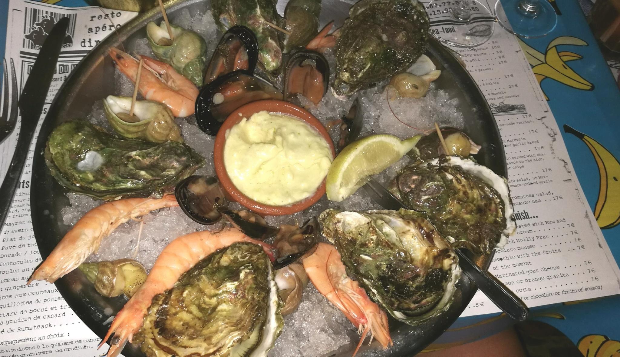 Assiette d'huitres, moules, crevettes, bulots