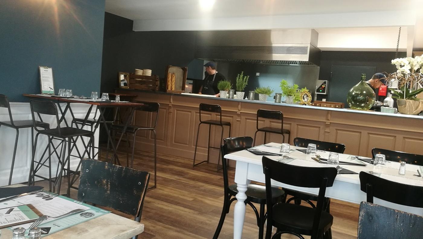Salle et cuisine ouverte du restaurant Chez Granny à Cornebarrieu