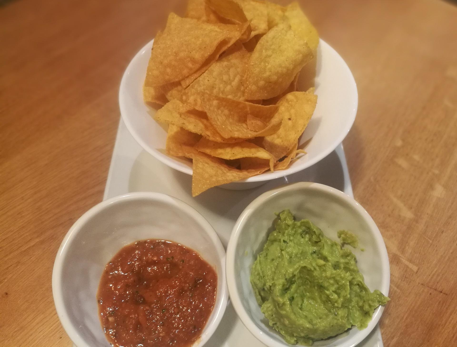 Guacamole, chips de mais et salsa